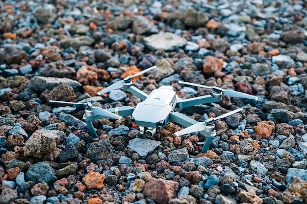 Um drone no chão de pedra vulcânica de cores diferentes