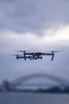 Um drone pairando acima