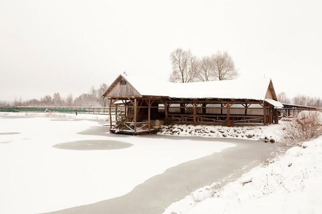 Um edifício de madeira, destinado a recreação. inverno