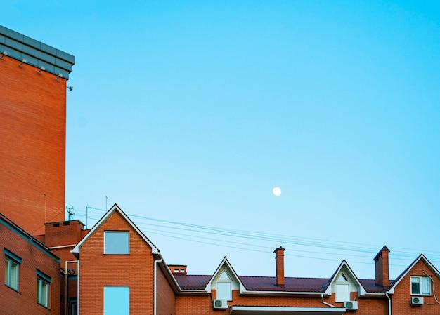Um edifício de tijolo vermelho sob o céu azul na ucrânia.