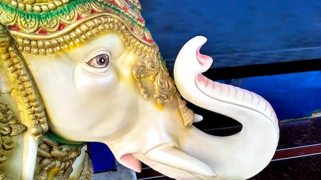 Um elefante de pedra decorado colocado no portão da casa para decoração na índia