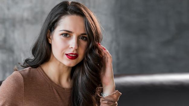 Um, elegante, atraente, mulher jovem, olhando câmera