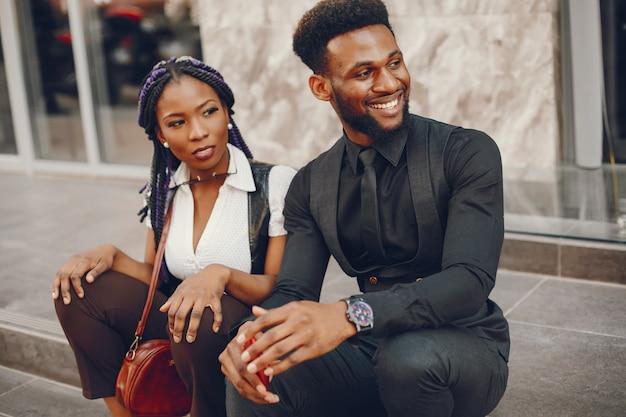 Um elegante e lindo casal de pele escura em uma cidade