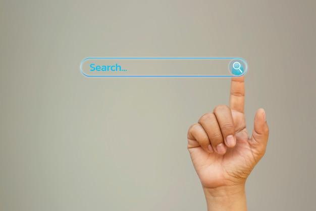 Um empresário clica em uma tela de toque de computador e insere um termo de pesquisa em busca de informações navegando no conceito de negócio internet internet.