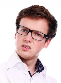Um empresário de sucesso em óculos pensando
