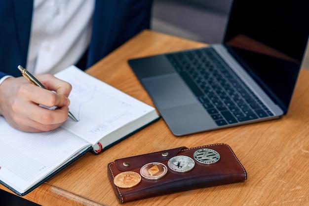Um empresário faz uma anotação em seu caderno