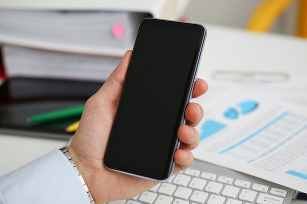 Um empresário mantém um novo telefone