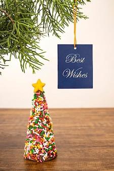 Um enfeite de natal com uma faixa de votos de felicidades