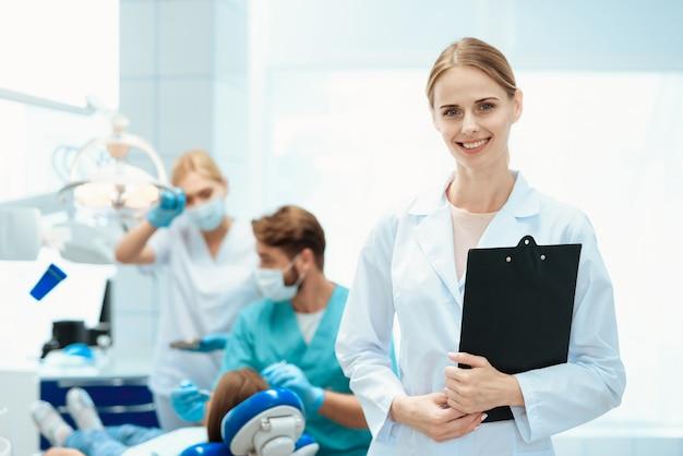 Um, enfermeira, posar, com, dentistas