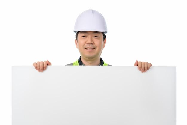 Um engenheiro asiático segurando um quadro de mensagens em branco.
