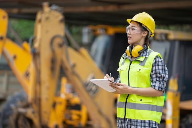 Um engenheiro de construção de menina asiática no canteiro de obras