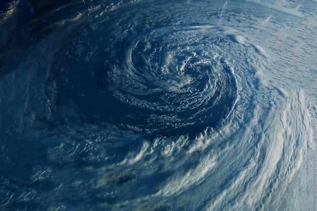 Um enorme furacão vindo do espaço. os elementos desta imagem foram fornecidos pela nasa. foto de alta qualidade