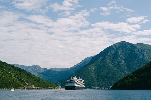 Um enorme navio de cruzeiro alto e alto no estreito de verige, na baía de boka kottorska kotor, em montenegro
