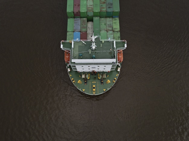 Um enorme navio porta-contêineres de exportação, filmado de alto ângulo
