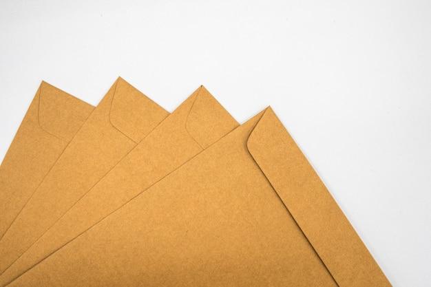 Um envelope marrom em uma superfície de piso de madeira