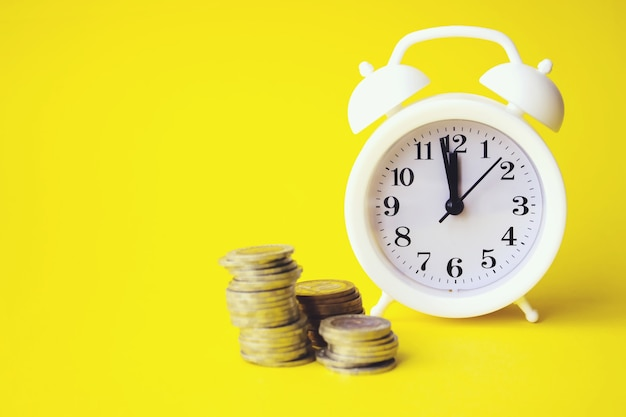 Um equilíbrio entre tempo e dinheiro. o conceito de tempo é dinheiro. conceito de investimento. crescendo