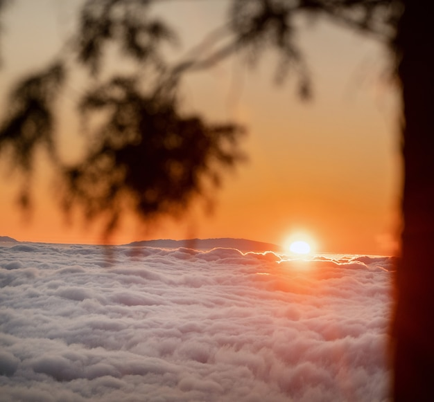 Um espetacular pôr do sol sobre as nuvens no parque nacional do vulcão teide em tenerife. excelente pôr do sol nas ilhas canárias
