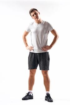 Um esportista de shorts e um corpo inteiro