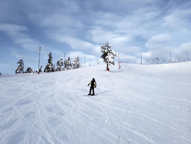 Um esquiador desliza pela encosta de uma montanha