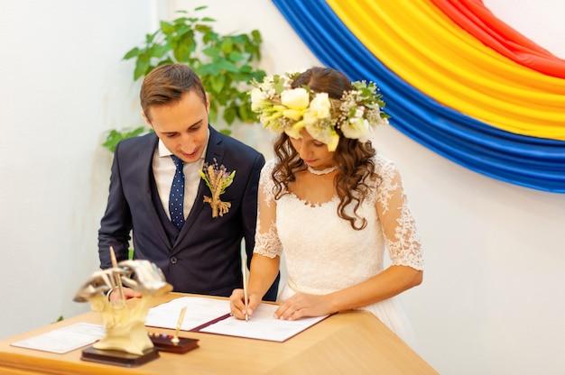 Um estágio da cerimônia, noiva e noivo no registro civil