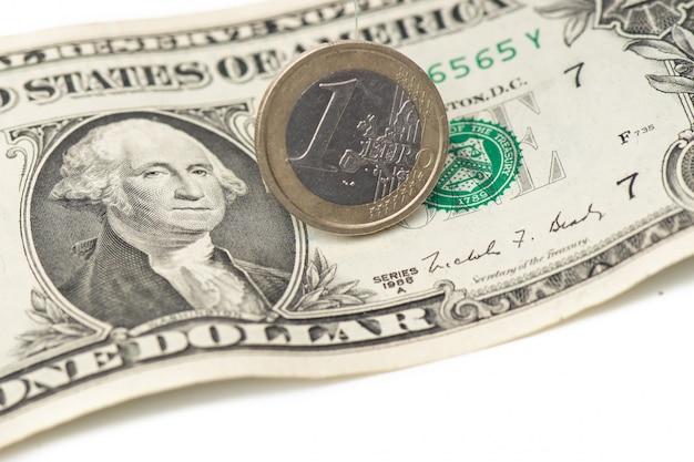 Um euro e um dólar juntos em um branco