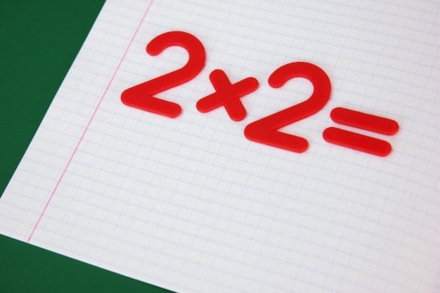 Um exemplo matemático simples em um caderno escolar limpo. de volta à escola.