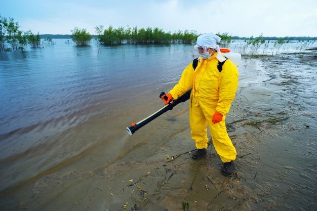Um exterminador especializado trata a água dos mosquitos.