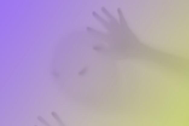 Um fantasma que lembra uma abóbora de cor atrás do vidro. pesadelo terrível e terrível