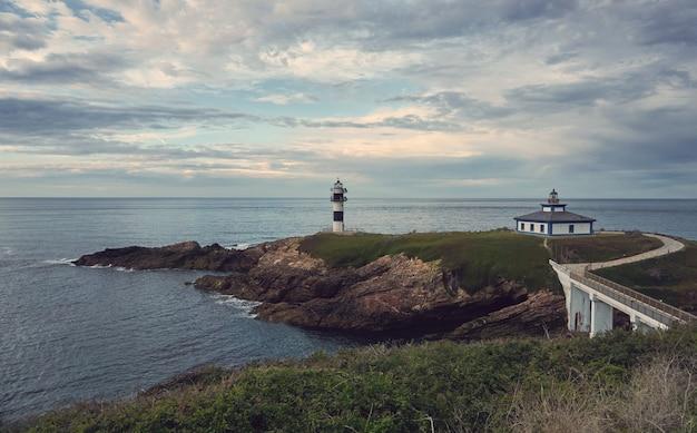 Um farol ao pôr do sol. costa da galiza