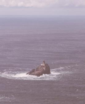Um farol construído em uma rocha