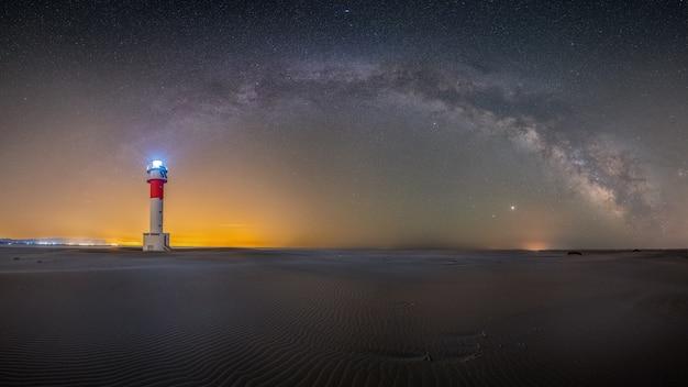 Um farol noturno com o conceito de faróis da via láctea à noite