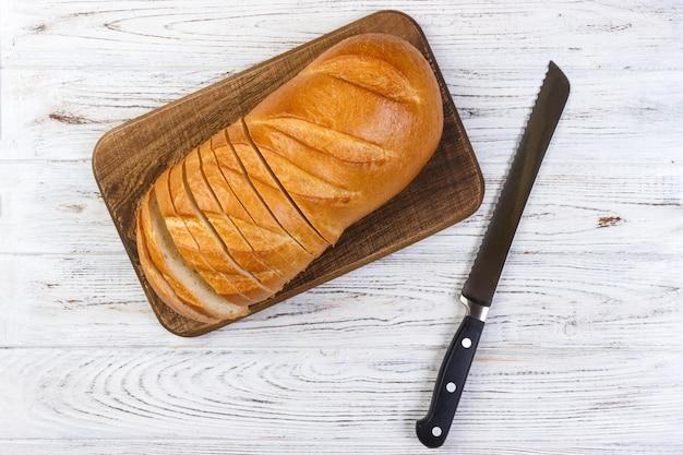 Um, fatia pão, com, faca, ligado, um, tábua cortante