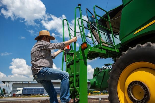 Um fazendeiro com um trator