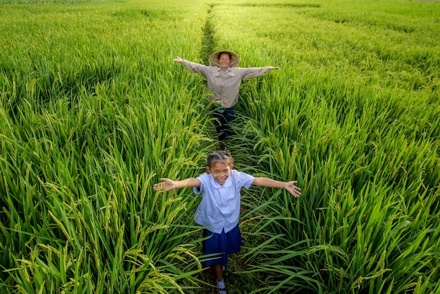 Um fazendeiro com uma garota usando um chapéu vietnamita