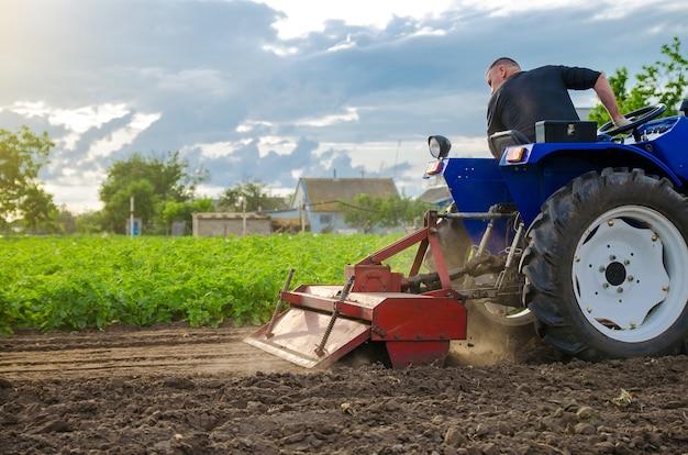 Um fazendeiro está cultivando um campo antes de replantar as mudas. moagem do solo, esmagando o solo solto