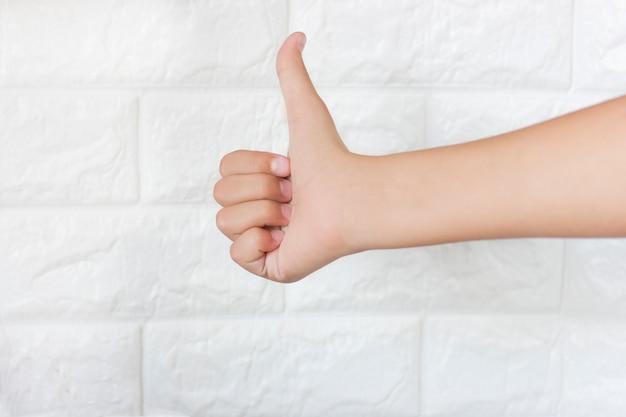 Um, femininas, adolescente, mão, mostrando, polegar cima