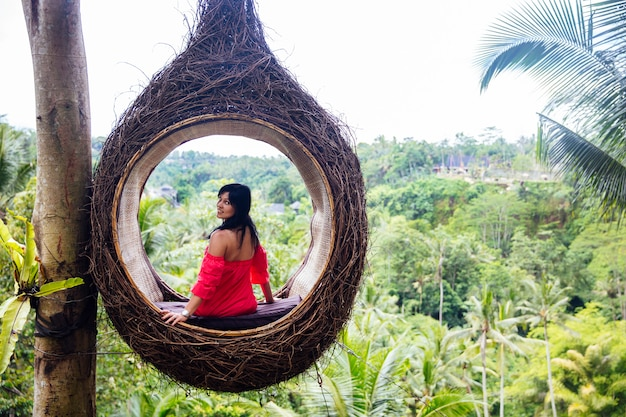 Um, femininas, turista, é, sentando, ligado, um, grande, ninho pássaro, ligado, um, árvore, em, ilha bali