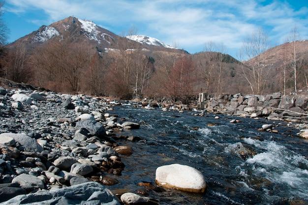 Um fluxo descendo das montanhas