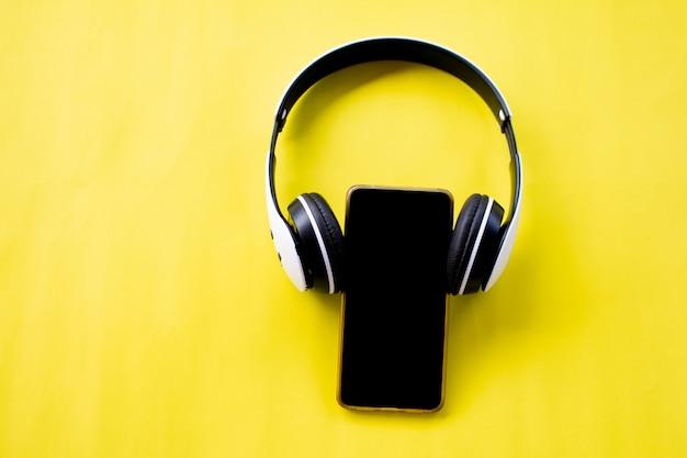 Um fone de ouvido usando no celular, tempo de relaxamento