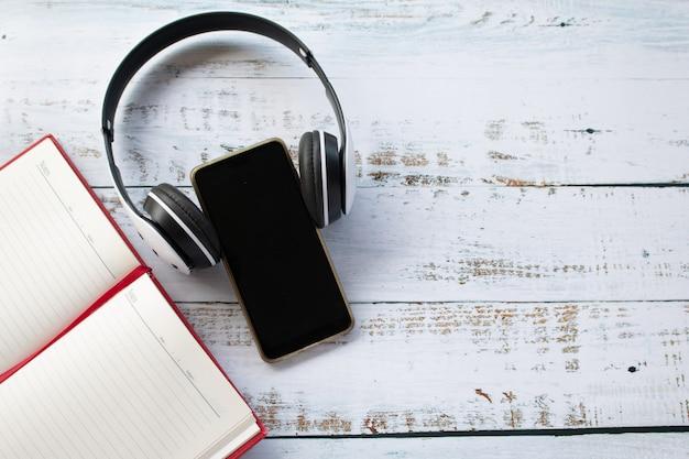 Um fone de ouvido vestindo no celular, conceito de tempo relaxante