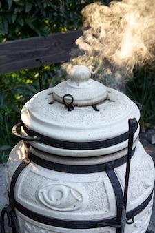 Um forno para assar, um churrasco de aspecto especial esférico ou de jarro para preparar vários alimentos
