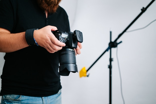 Um fotógrafo com câmera no estúdio