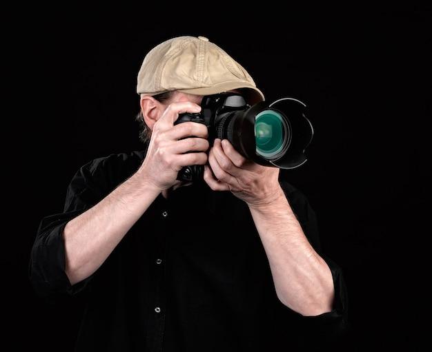 Um fotógrafo com uma boa câmera.