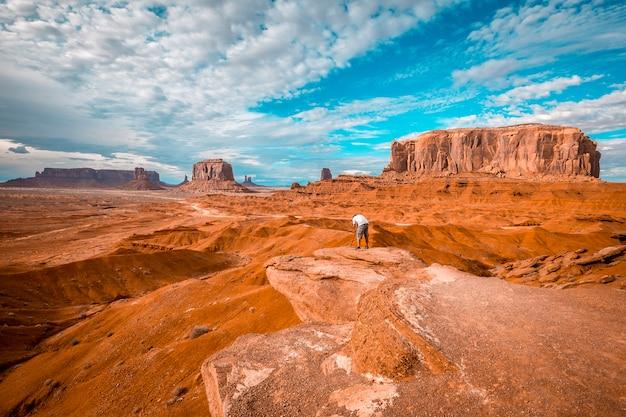 Um fotógrafo europeu no john ford's point em monument valley.