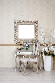 Um fragmento de um interior retro com uma cadeira e mesa