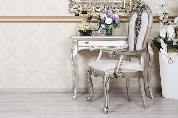 Um fragmento de um interior retrô com uma cadeira e uma mesa