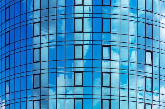Um fragmento de uma casa moderna com fachada de vidro. arquitetura moderna com construções de vidro