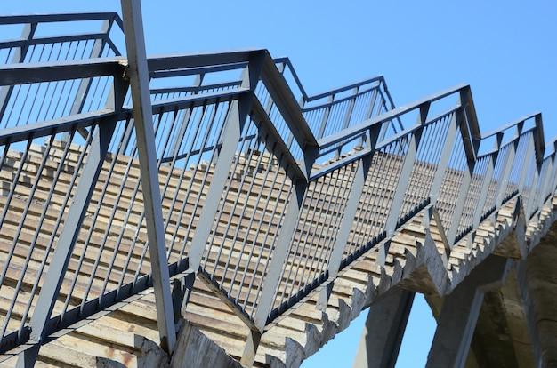 Um fragmento de uma subida escalonada para a ponte pedestre