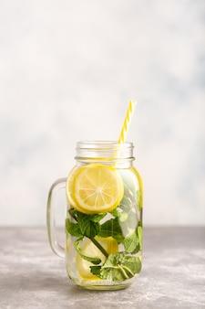 Um frasco de água desintoxicante com limão e hortelã