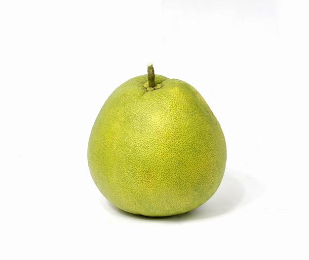 Um fruto de pomelo verde sobre fundo branco